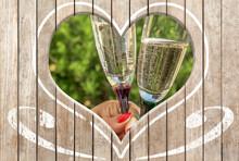 Coupes De Champagne Vues à Travers Un Cœur Découpé Dans Un Fond Bois