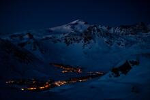 Montagnes Enneigés Avant Le Lever Du Soleil, Dans La Nuit, à Tignes, (Savoie - FRANCE)