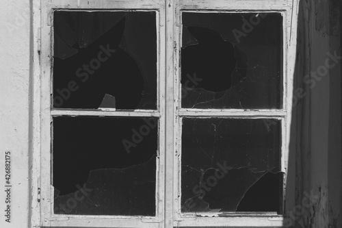 Fototapeta Stare okno wybite szyby opuszczony budynek zdjęcie czarno białe obraz