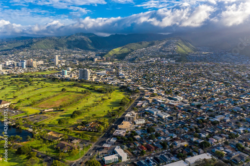 Fotomural Aerial view on Honolulu suburbs located on green land and mountains, Oahu Island