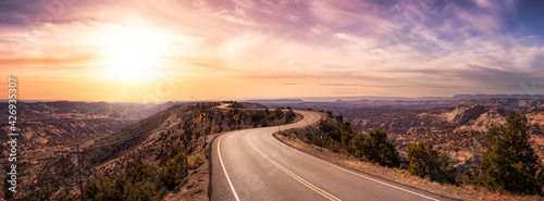 Fotografía Panoramic View of a scenic route on top of a mountain ridge in the desert