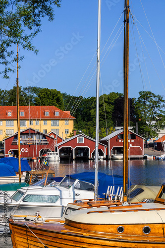 Billede på lærred Pleasure boats and red boathouse in Hjo, Sweden