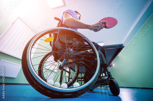 Fotografia Disabled man in a wheelchair play at table tennis