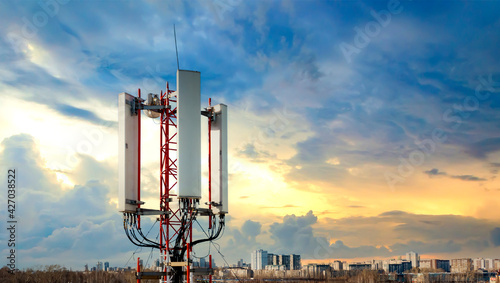 Fotografia Detailed view of the mobile terrestrial telecommunications repeater antenna equipped with the latest 4G and 5G technologies
