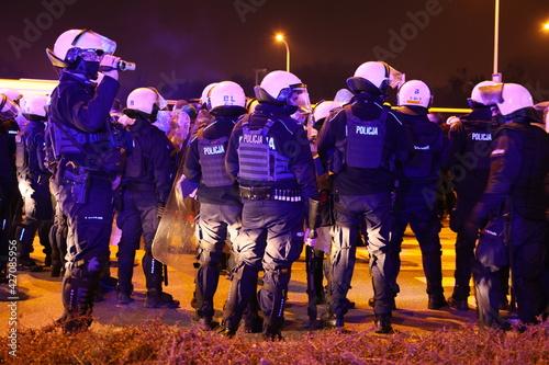 Fototapeta Policjanci prewencji podczas zabezpieczenia protestu kibiców piłki nożnej ślask wrocław i lechia gdańsk.  obraz