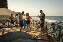 Personas Disfrutando Del Verano En La Playa En Un Dia Soleado