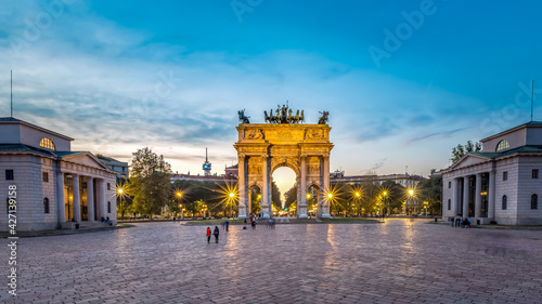 Photo Arco Della Pace (Arch of Peace), Piazza Sempione, Milan, Italy, a triumphal arch and one of Milan oldest city gates