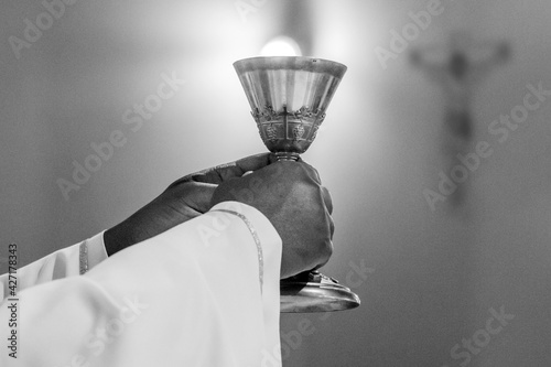Fotografia hands of the pope celebrated the Eucharist with body and blood of christ