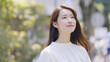 canvas print picture - 屋外で見上げる若い女性