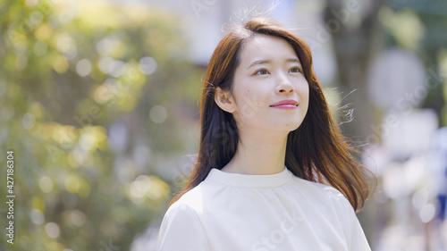 Fotografie, Obraz 屋外で見上げる若い女性