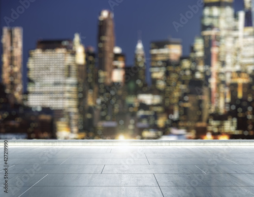 Photo Empty concrete rooftop on the background of a beautiful blurry New York city sky