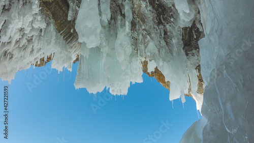 Fotografia Icicles of various sizes appeared on the roof of a stone grotto in the rock