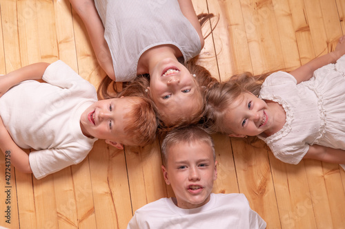 Papel de parede children lie on the floor and looking at camera
