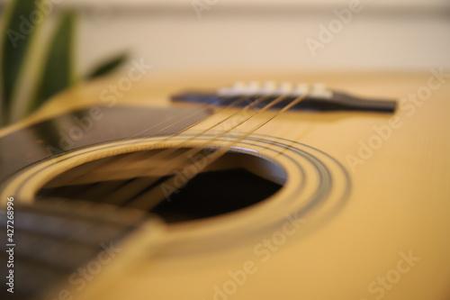 Piękna gitara akustyczna gryf drewno struny gitarzysta
