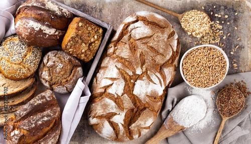 Fotografia Sliced rye bread on cutting board, closeup.