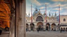 Venezia. Piazza San Marco Con La Basilica E I Portici Delle Procuratie Vecchie, Illuminati Per Il Natale