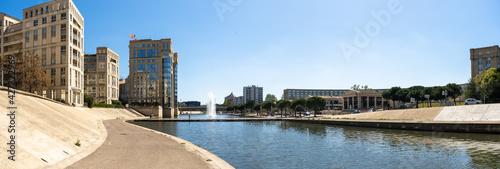 Fototapeta un panorama sur un quartier moderne d'une ville  traversée par une rivière, Montpellier obraz