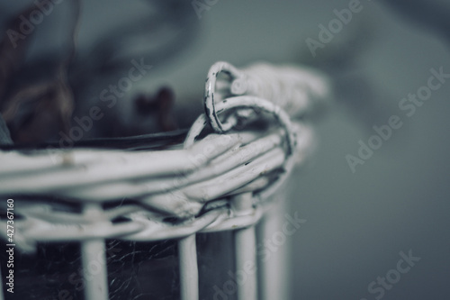 Obraz man holding a chain - fototapety do salonu