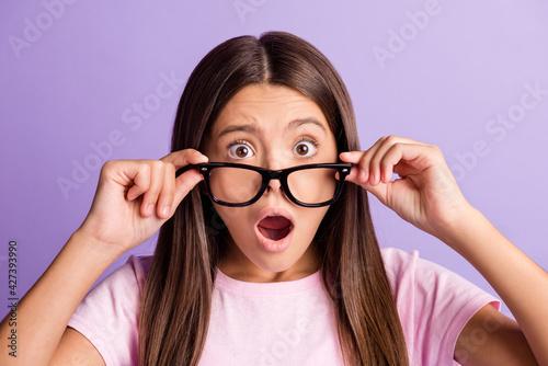 Obraz na plátně Photo of young preteen girl amazed shocked surprised fake novelty news hands tou