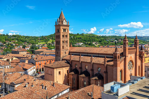 Fotografia San Lorenzo Cathedral as seen from above in Alba, Italy.