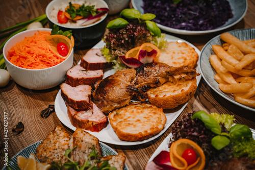 Fototapeta Catering/ zestaw mięs Kotlet devolaille Pieczeń wieprzowa z karczku  Schab panierowany z pieczarkami i serem  Nuggetsy w chrupiącej panierce  obraz