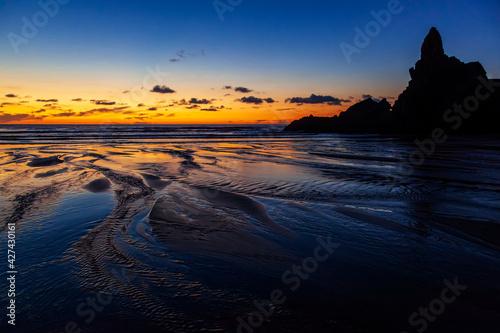Fototapeta Zachód słońca na plaży Piha, Nowa Zelandia obraz
