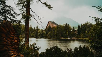 Szczyrbskie Jezioro, Słowacja Chatka w górach Chata w tatrach słowackich