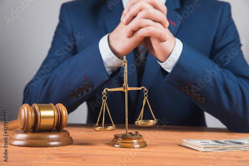 Fotografia judicial hammer bribery of the authorities.