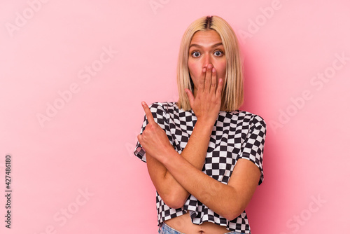 Obraz Young venezuelan woman isolated on pink background pointing to the side - fototapety do salonu