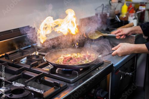 Photo Cuisson de bœuf et de légumes dans une poêle dans un restaurant asiatique