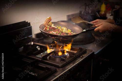 Canvas Print Cuisson de bœuf et de légumes dans une poêle dans un restaurant asiatique