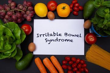 Flat lay, mockup, biała kartka z tekstem jelito drażliwe otoczona warzywami i owocami, zdrowa dieta i odżywianie