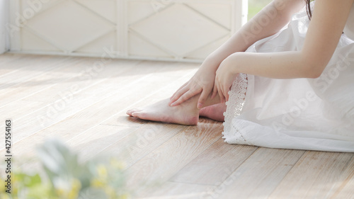 Obraz na plátně 若い女性 フットケア