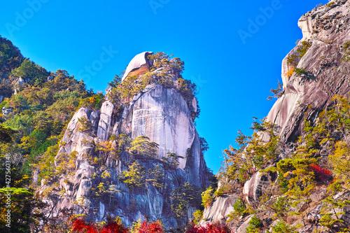 紅葉シーズンの山梨、甲府市にある昇仙峡の景観 Fototapete