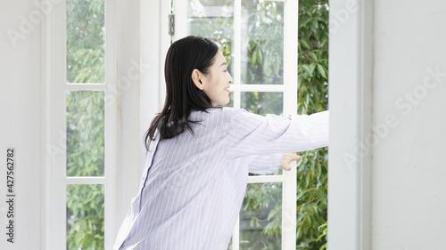 Fotografie, Tablou 窓を開け換気する笑顔のミドル女性