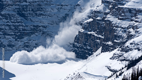 Foto A snow avalanche in front of the Lake Louise in Alberta