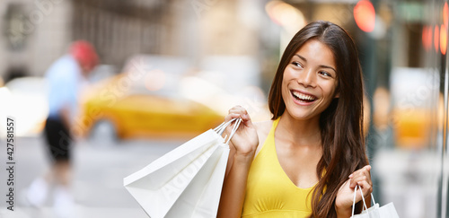 Fotomural Shopping in New York City Asian woman smiling happy holding shopping bags panoramic banner