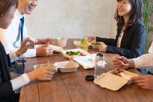 テイクアウトフードで食事をするビジネスマンとビジネスウーマン