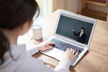 オンライン授業を受けるアジア人女性