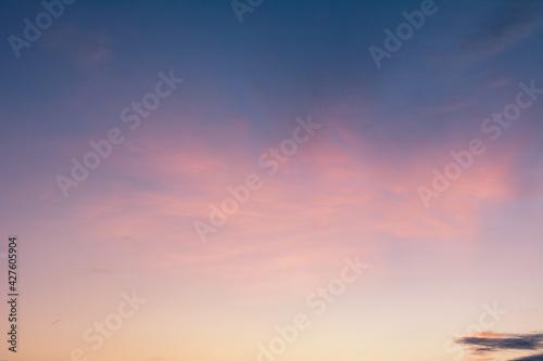 Foto 夕焼けに染まる赤い雲