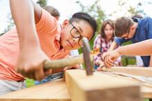 Glückliche Kinder Bauen Und Basteln Mit Holz