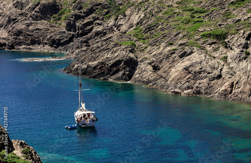 Billede på lærred boat tourists on the costa brava on a sunny summer day