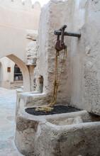 Pozzo In Un Cortile Interno Del Forte Di Bahla In Oman