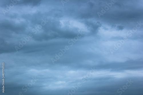 Fototapeta pochmurne niebo z chmurami pod koniec dnia obraz