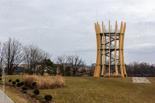 Fototapeta Drewniana wysoka wieża widokowa w dzień w Ełku w Warmińsko Mazurskim obraz