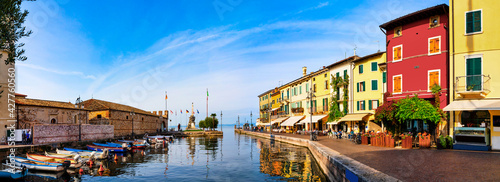 Leinwand Poster Lazise, Italy, 10/25/2019 : View of Lazise at the lakeside of Lake Garda in summer in the northern Italy