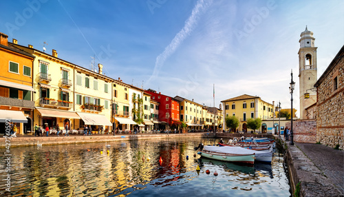 Fotografia View of Lazise at the lakeside of Lake Garda in summer in the northern Italy