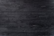 黒い石盤を積み上げた石壁
