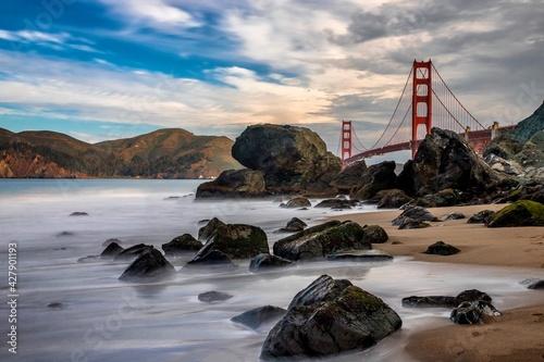 Photo Golden Gate Bridge Over Sea Against Sky