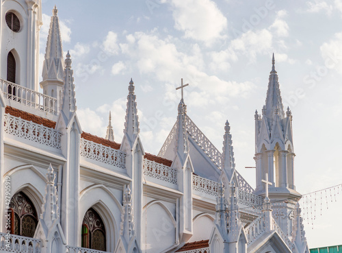 Foto Portuguese Catholic Christian cathedral on the background of a clear blue sky in India